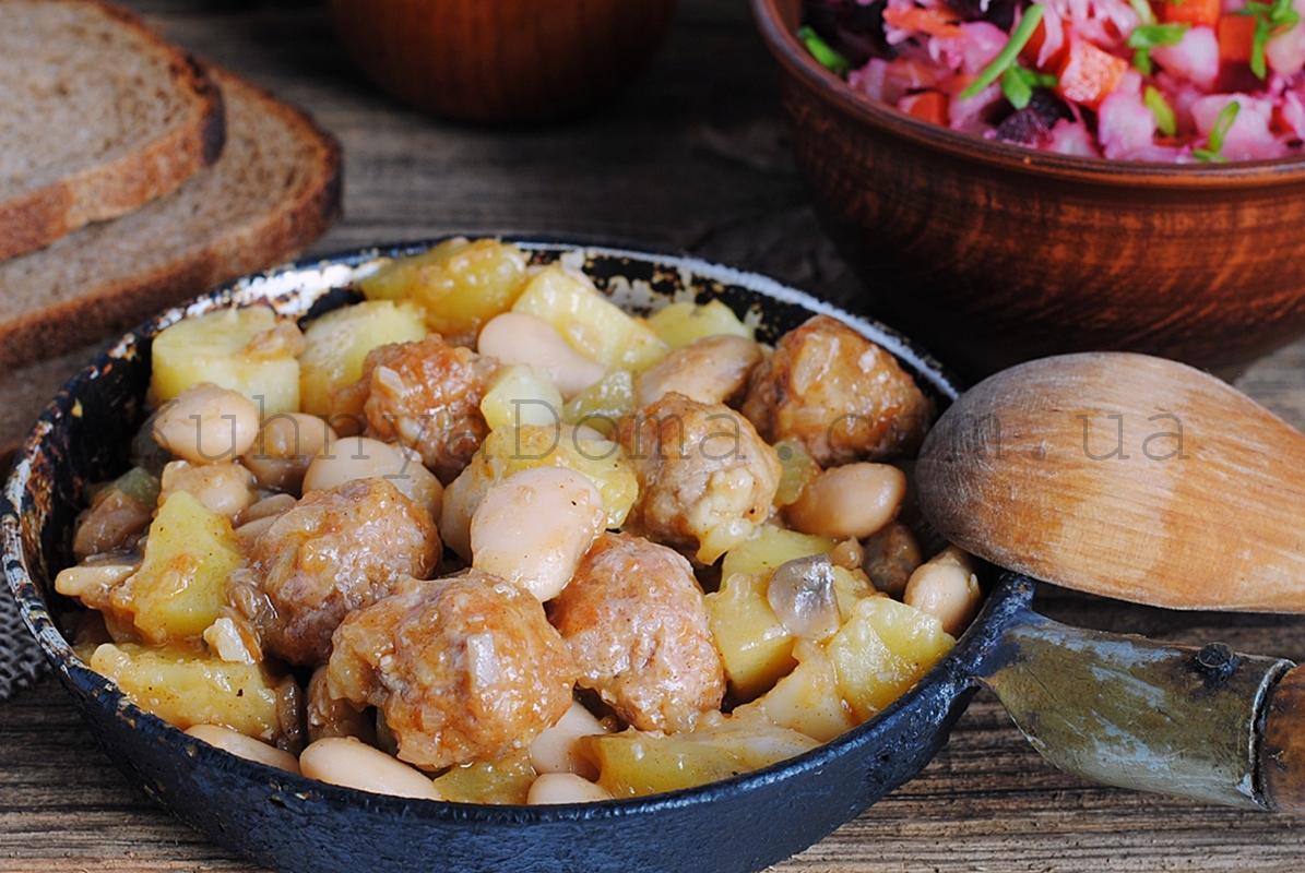 Рагу с фрикадельками, грибами и фасолью