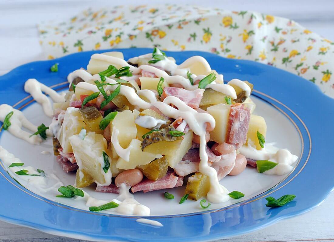 Салат сыровяленым мясом и фасолью