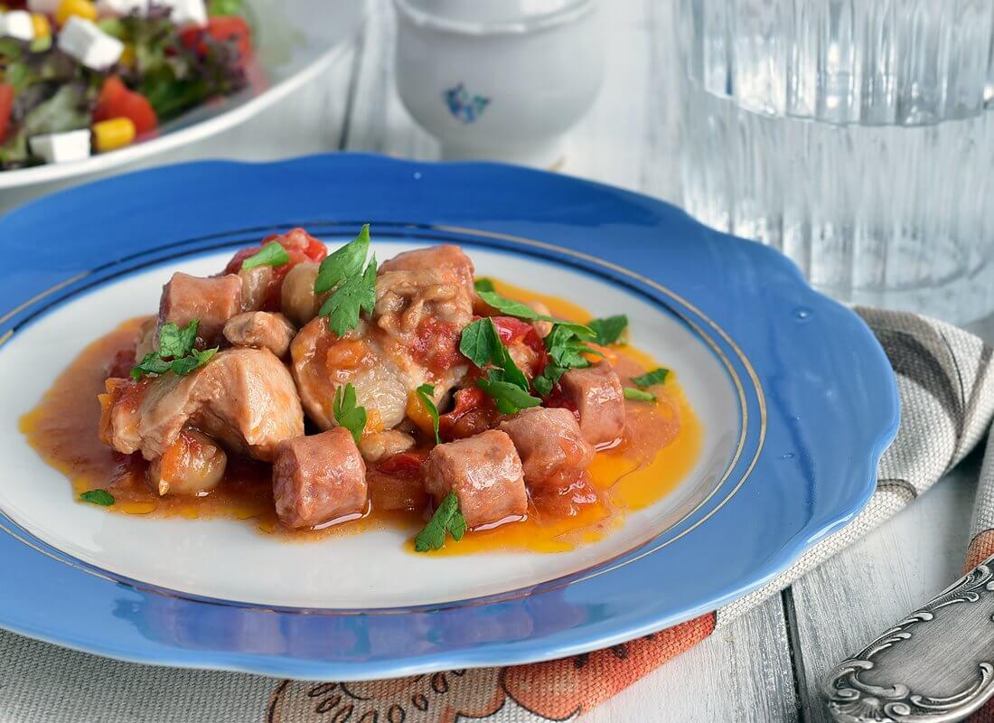 Рагу из курицы с копчеными колбасками