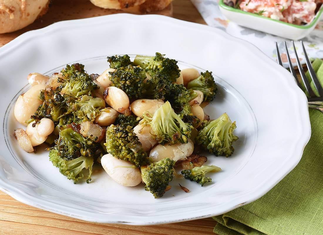 Жареная брокколи с фасолью и беконом