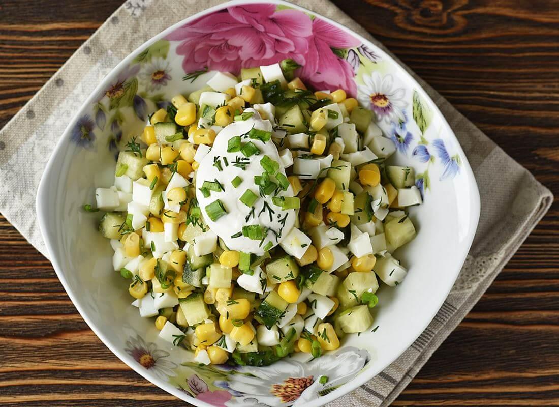 Салат из огурцов с кукурузой и яйцами
