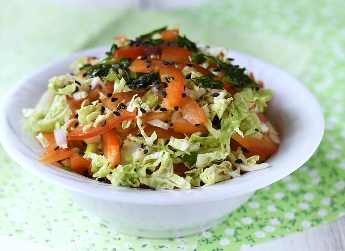 Салат из пекинской капусты с овощами и зеленой заправкой