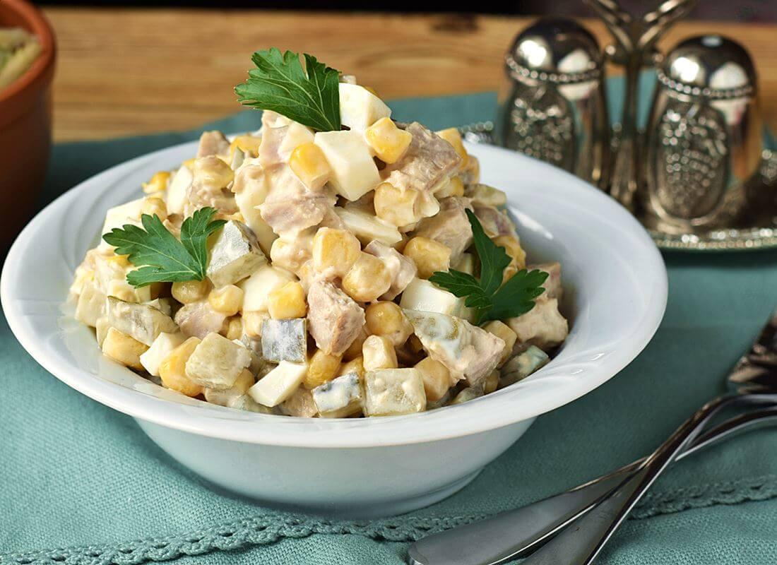 Салат с тунцом, кукурузой, солеными огурцами и яйцами