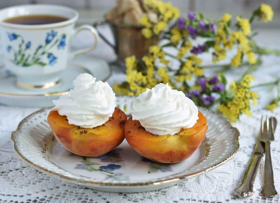 Персики или абрикосы гриль с бурбонным кремом