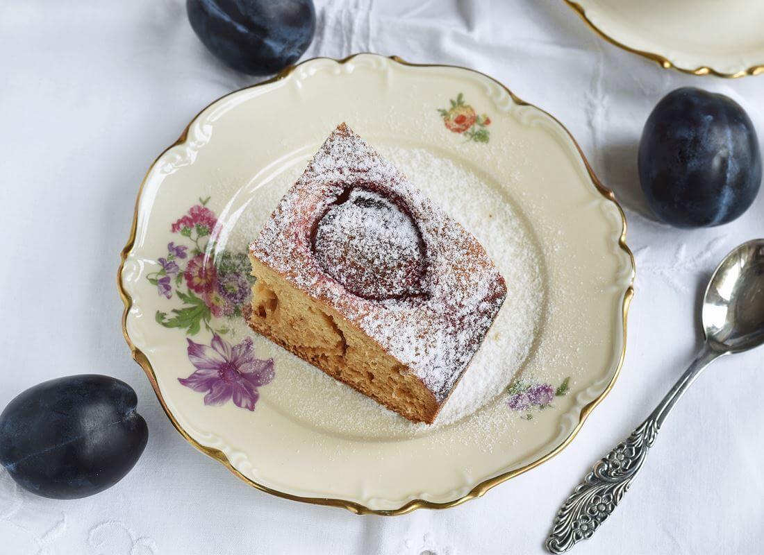 Медовый пирог со сливами