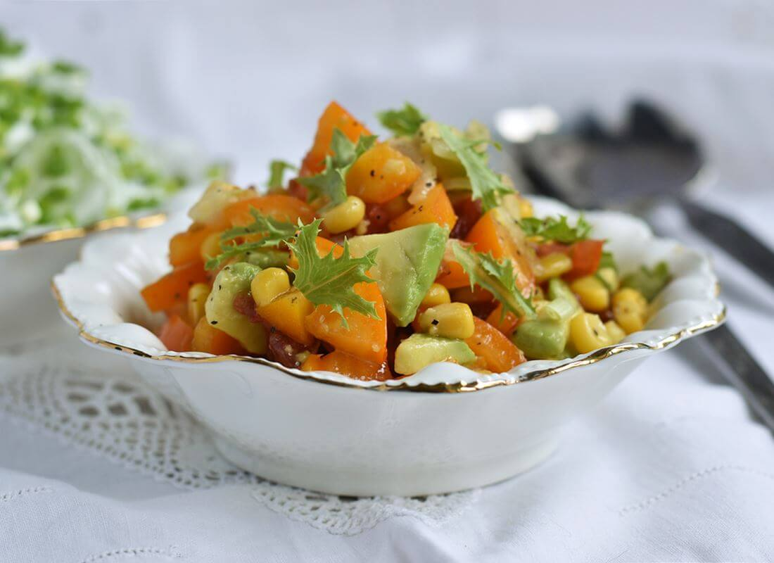 Салат из авокадо, помидора и кукурузы